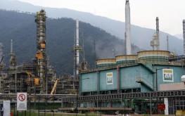 Vista geral de refinaria da Petrobras em Cubatão. 25/02/2015 REUTERS/Paulo Whitaker